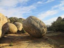 La sphère et l'oeuf ont formé les rochers géants à la traînée de bouche du ` s de lézard photos libres de droits