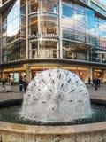 La sphère a formé la fontaine dans une rue piétonnière à Stuttgart Photo stock