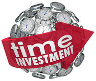 La sphère d'horloges de flèche de mots d'investissement de temps contrôlent des ressources Photographie stock