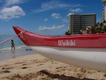 La spiaggia al waikiki ed all'intelaiatura di base della gru Fotografia Stock Libera da Diritti