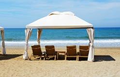 La spiaggia all'albergo di lusso Immagini Stock