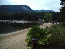 La spiaggia alla località di soggiorno calva di brontolio, fine dell'estate Immagini Stock