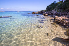 La spiaggia a Baja Sardegna in Sardegna, Italia Immagini Stock Libere da Diritti