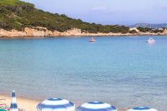 La spiaggia a Baja Sardegna in Sardegna, Italia Fotografia Stock
