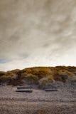 la spiaggia benches il tramonto tempestoso due Fotografia Stock Libera da Diritti