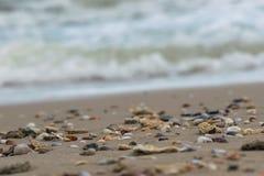 La spiaggia bianca del mare polposo delle onde e delle coperture, Immagini Stock Libere da Diritti