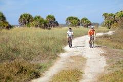 la spiaggia bikes gli anziani di guida Fotografia Stock