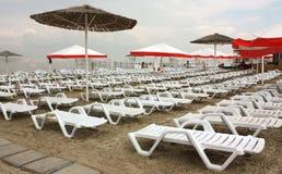 La spiaggia con il longue dei chaises Fotografia Stock Libera da Diritti