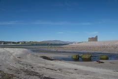 La spiaggia con l'abbazia rovina Ballingskelligs, contea Kerry immagine stock