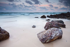 La spiaggia con la grande roccia in priorità alta Immagini Stock