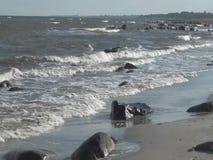 La spiaggia con le onde che rotolano a terra stock footage
