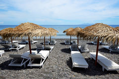 La spiaggia con le pietre vulcaniche nere Immagine Stock