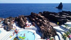 La spiaggia con le rocce vulcaniche, all'isola del Madera, il Portogallo Fotografie Stock Libere da Diritti