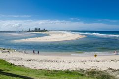 La spiaggia del mare di bassa marea rivela a sabbia in mezzo alla baia la regione centrale di Nuovo Galles del Sud, Australia del fotografie stock libere da diritti