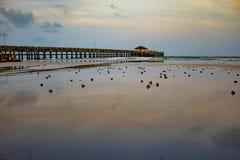 La spiaggia del pilastro della luce di sera Saplee Chumphon fotografia stock