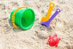 La spiaggia del ` s dei bambini gioca - i secchi, la vanga e la pala sulla sabbia un giorno soleggiato fotografia stock libera da diritti