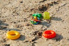 La spiaggia del ` s dei bambini gioca sulla sabbia a tempo del tramonto Fotografia Stock