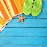La spiaggia dell'estate obietta il confine, i Flip-flop, spazio di legno blu della copia del fondo delle stelle marine Fotografia Stock Libera da Diritti