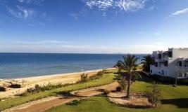 La spiaggia dell'hotel sta aspettando i turisti fotografia stock