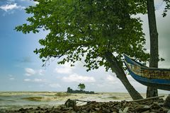 La spiaggia di Axim con bello paesaggio ed il peschereccio su terra fotografia stock libera da diritti