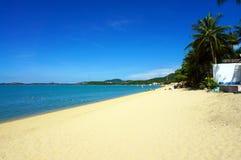 La spiaggia di Bophut con la sabbia ed il cielo blu bianchi Fotografie Stock Libere da Diritti