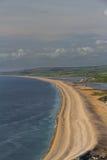 La spiaggia di Chesil, veduta da Portland Bill Fotografie Stock Libere da Diritti