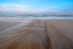 La spiaggia di Hua Hin alla stagione bassa di alte maree dentro durante il tramonto Immagini Stock