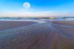 La spiaggia di Hua Hin alla stagione bassa di alte maree in luna piena Fotografie Stock Libere da Diritti