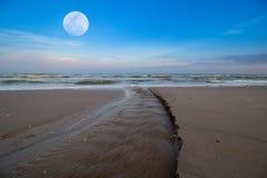 La spiaggia di Hua Hin alla stagione bassa di alte maree in luna piena Immagine Stock Libera da Diritti