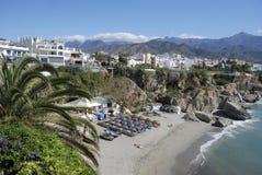 La spiaggia di Nerja in Spagna. Immagini Stock