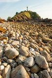 La spiaggia di pietra al tramonto, casa leggera del paesaggio fantastico della montagna ha offuscato gli ambiti di provenienza Is fotografie stock libere da diritti