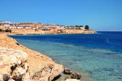 La spiaggia di pietra lunga del Mar Rosso Fotografia Stock