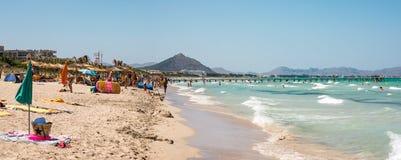 La spiaggia di Playa il de Muro nell'alta stagione dell'estate vicino a Albufera ricorre, Maiorca Fotografia Stock