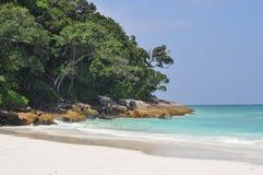 La spiaggia di sabbia bianca in Tailandia fotografia stock