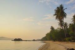 La spiaggia di sera in tropici Immagini Stock Libere da Diritti