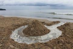 La spiaggia di Sopot, Polonia in un giorno di estate nuvoloso fotografia stock libera da diritti