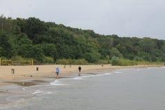 La spiaggia di Sopot, Polonia in un giorno di estate nuvoloso immagini stock