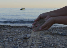 La spiaggia di tempo di vita della mano l'oceano scalzo di bellezza della gente di viaggio della natura della palma della sabbia  Fotografie Stock