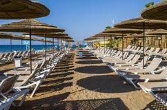La spiaggia dorata sta aspettando i turisti, Eilat fotografie stock libere da diritti
