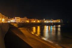 La spiaggia e Città Vecchia in Gallipoli Fotografia Stock