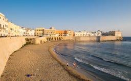 La spiaggia e Città Vecchia in Gallipoli Immagini Stock Libere da Diritti