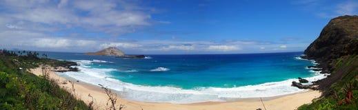 La spiaggia e le isole alla spiaggia di Makapuu parcheggiano, Oahu, Hawai Immagine Stock