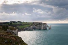 La spiaggia e le scogliere di Etretat, il sito turistico della Normandia della città francese Fotografia Stock Libera da Diritti
