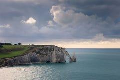 La spiaggia e le scogliere di Etretat, il sito turistico della Normandia della città francese Fotografia Stock
