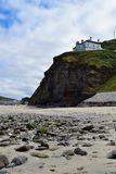 La spiaggia e le scogliere a Portreath, Cornovaglia, Inghilterra immagini stock