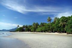 La spiaggia ed il cielo blu Immagine Stock