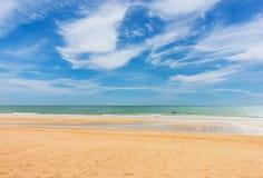 La spiaggia ed il cielo blu su luce del giorno Immagine Stock