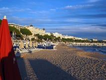 La spiaggia editoriale di Riviera francese ha circondato gli hotel Cannes Francia Immagini Stock