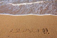 La spiaggia firma dentro la sabbia fotografia stock