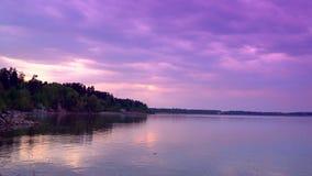 La spiaggia gli sguardi lilla di declino Il bello cielo sulla spiaggia dal mare video d archivio